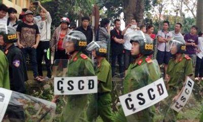 Hàng trăm người dân đập phá trụ sở UBND xã đòi thả người