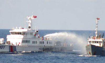 Xem tàu Trung Quốc đâm, phun vòi rồng vào tàu Việt Nam