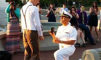 Màn cầu hôn bạn trai của lính hải quân gây sốt dân mạng