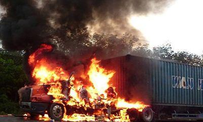 Xe container bốc cháy dữ dội trên QL1A