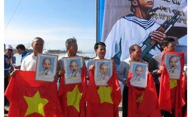 Trao tặng cờ Tổ quốc, ảnh Bác Hồ, tướng Giáp cho ngư dân bám biển