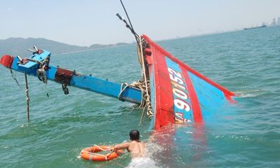 Hỗ trợ trục vớt tàu cá bị tàu Trung Quốc đâm chìm