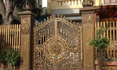 Cổng sắt mạ vàng trăm triệu làm sang cho biệt thự nhà giàu