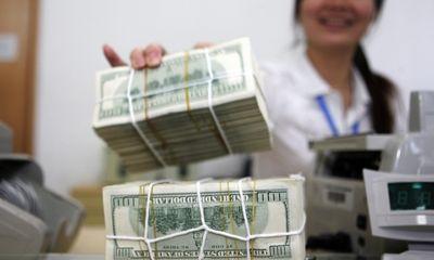 Các ngân hàng giảm mạnh tỷ giá, Vietcombank rút USD khỏi mức trần