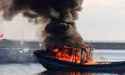 Quảng Ngãi: 16 ngư dân thoát nạn trên tàu cá bốc cháy ở Hoàng Sa