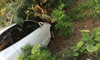 Hà Nội: Audi Q5 nổ lốp đâm vào bụi chuối