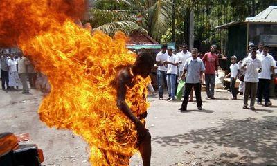 Kinh hoàng: Người đàn ông tự thiêu trước miếu thần linh