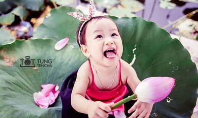 Vẻ đẹp thuần khiết của em bé 16 tháng tuổi hồn nhiên bên hoa sen