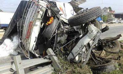 Xe tải bị tàu hoả tông nát bét, dùng xà beng giải cứu tài xế
