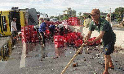 Hà Tĩnh: Lật xe tải chở bia, người dân không hôi của