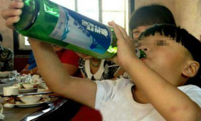 Bé trai 2 tuổi Trung Quốc thích uống rượu…..hơn sữa