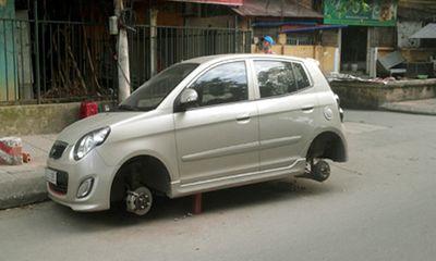 """Hà Nội: Trộm kê gạch, """"vặt"""" trụi... 4 bánh ô tô"""