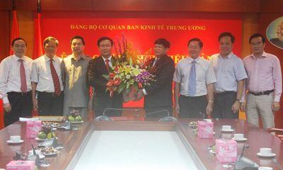 Trưởng Ban Kinh tế Trung ương nhận Huy hiệu 30 năm tuổi Đảng