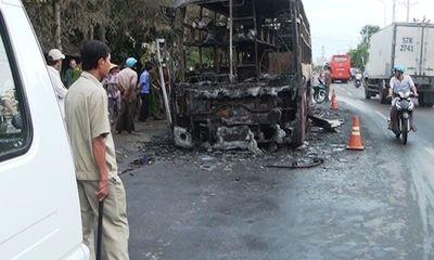 Xe khách giường nằm bốc cháy dữ dội trên đường