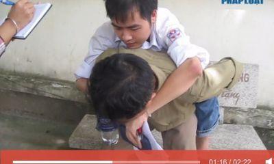 Video: Cảm động sĩ tử bị liệt nửa người được bố cõng đi thi