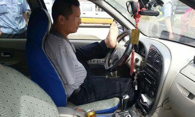 Người không tay lái ô tô hàng trăm nghìn km...bằng chân