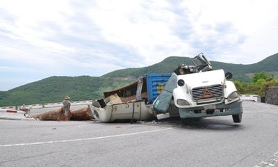 Huế: Xe chở gỗ quá tải lật nhào trên đèo Hải Vân