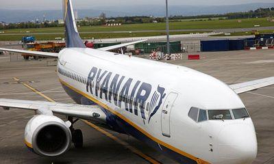 Hành khách say rượu mở cửa máy bay vì tưởng là...toilet
