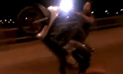Clip: Thanh niên bốc đầu, mài đuôi xe máy trong đêm