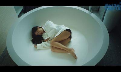 Văn Mai Hương diện mốt áo giấu quần trong MV mới