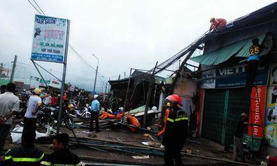Lốc xoáy kinh hoàng, hàng trăm căn nhà bị sập, tốc mái