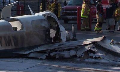 Máy bay rơi trúng trung tâm mua sắm, một người chết