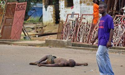 Châu Phi: Nạn nhân nhiễm Ebola nằm la liệt trên phố chờ chết