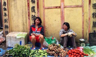 Cám cảnh nữ tuyển thủ Việt Nam ngồi lề đường bán rau