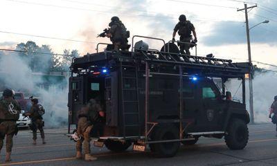 Chùm ảnh: Cảnh sát Mỹ điều xe bọc thép ngăn chặn người biểu tình