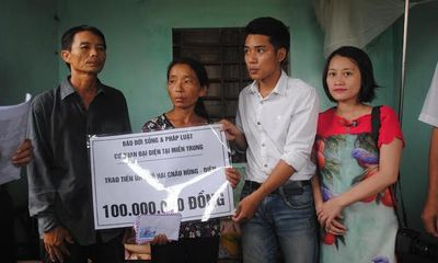 Trao 100 triệu đồng cho gia đình nạn nhân chất độc da cam