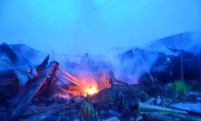 Cháy lớn trong đêm, 1.000m2 nhà xưởng bị thiêu rụi