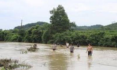 Nỗ lực tìm kiếm thi thể học sinh bị nước cuốn trôi