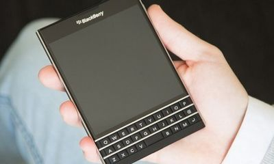 BlackBerry Passport vuông vức nổi bật so với smartphone thường