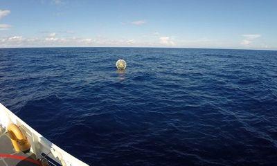 Giải cứu người đàn ông lênh đênh trên biển bằng… bong bóng