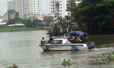 Nỗ lực tìm kiếm thi thể 2 người đàn ông nhảy sông Sài Gòn tự tử