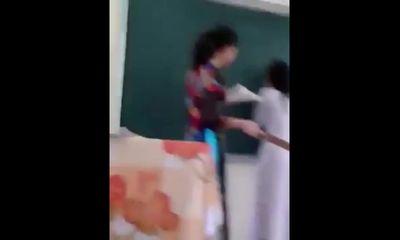Clip: Cô giáo dùng thước đánh vào mông học sinh cấp 3 chan chát