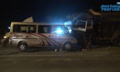 Clip: Hiện trường vụ xe ben leo dải phân cách, đối đầu xe khách