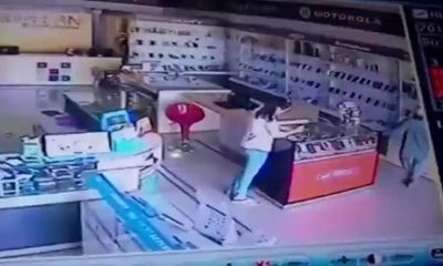 Clip: Nữ quái vờ nạp thẻ rồi trộm điện thoại cực khôn ngoan
