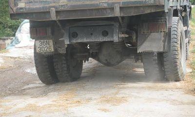 Bất lực với xe quá tải băm nát tuyến đê ngăn lũ dọc sông Chu