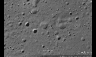 Lạ lùng: Bề mặt Mặt Trăng xuất hiện hình thù trông giống con người