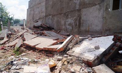 Nhà 4 tầng vừa xây xong đổ sập, hàng chục người thoát chết