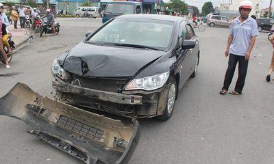"""Tư vấn - Honda Civic """"đè bẹp"""" Toyota Innova trên cầu Vĩnh Tuy"""