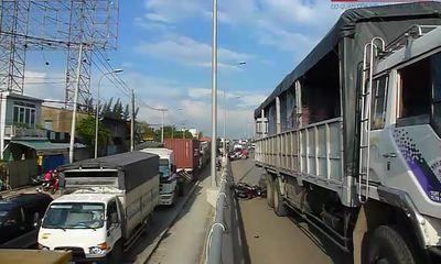 Xe tải lấn làn, tai nạn chết người đầu tiên trên cầu vượt Tân Vạn