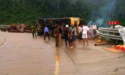 Lật xe chở gỗ khi đổ đèo, 3 người thương vong