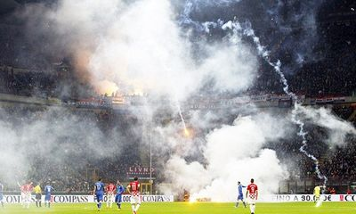 Clip: Sân Giuseppe Meazza 'chìm' trong pháo sáng vì CĐV quá khích