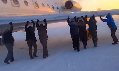 Hy hữu: Hành khách phải xuống đẩy… máy bay