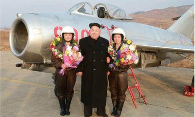 Nhà lãnh đạo Kim Jong-un chụp ảnh cho nữ phi công quân sự