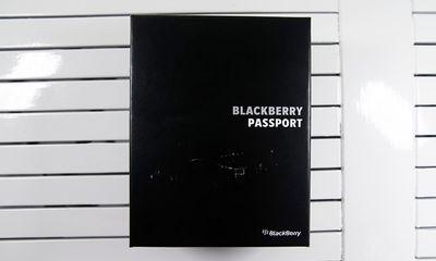 Mở hộp BlackBerry Passport màu trắng tại Việt Nam