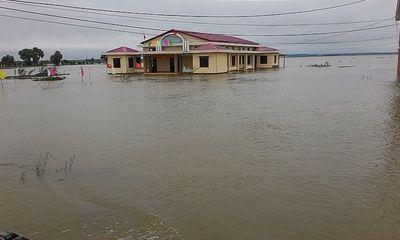 """Huế: Giao thông tê liệt, đường """"biến thành sông"""" vì mưa lũ"""