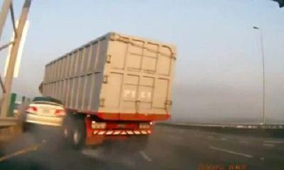 Video: Xe tải nổ lốp, nghiền nát xe con trên cao tốc